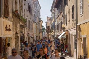 Een straat in Porec met toeristen